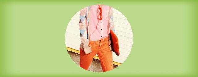 秋冬にぴったりな「カラーパンツ」のコーデ・着こなし例