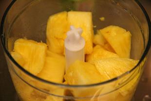 パイナップルを切る