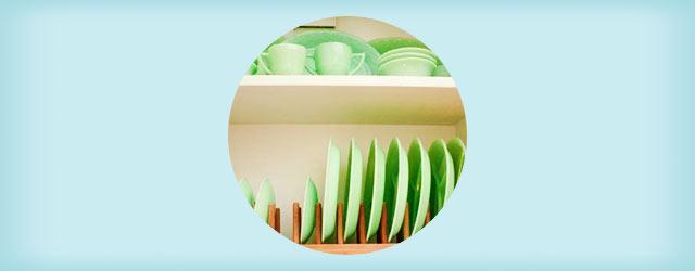 使い勝手抜群!便利な「お皿の縦置き収納」のアイデア・実例集